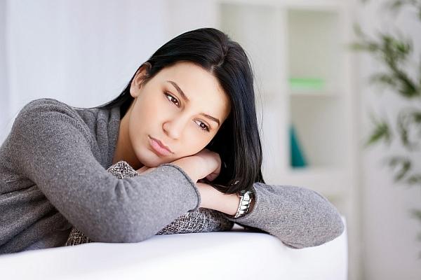 dziewczyna boi się związku i boi się zaangażować