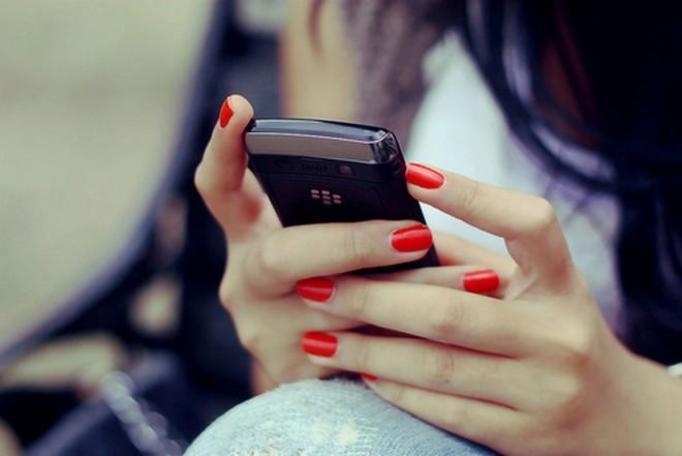 dziewczyna ciągle pisze z innymi i siedzi na telefonie na facebooku