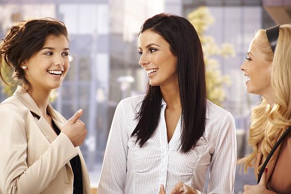 jak zagadać do dziewczyny w grupie koleżanek