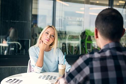 oznaki kobiecego zainteresowania - dziewczyna mówi że nie jest gotowa na związek