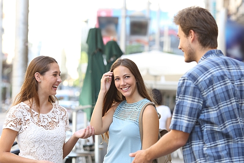 grupa dziewczyn się ze mnie śmieje strach przed kobietą