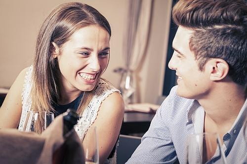 jak rozśmieszyć koleżankę przez sms i na randce